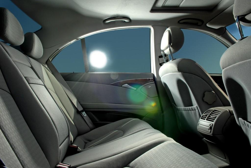 Miért jobb az autófóliázás, mint a gyári üvegsötétítés?