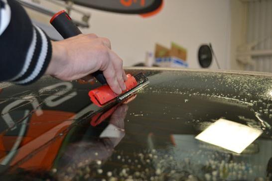 Autófólia telepítése lépésről lépésre - üveg tisztítása