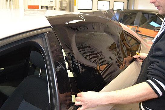 Autófólia telepítése lépésről lépésre - fólia felhelyezése