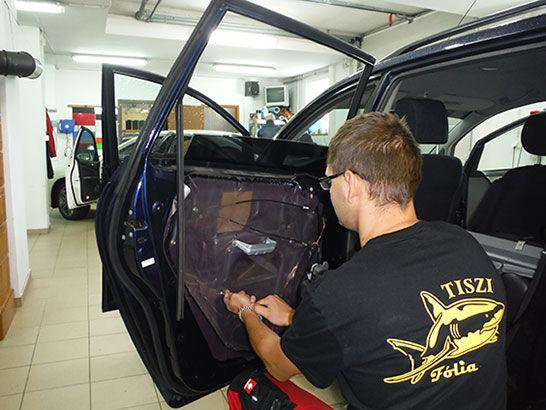 Autófólia telepítése lépésről lépésre - üveg visszaszerelése